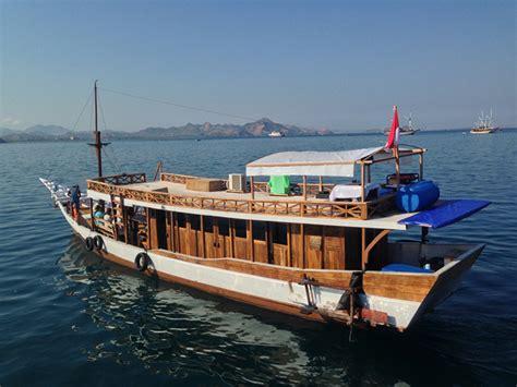 boat   komodo dragons  rinca island komodo