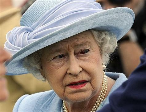 Na státní návštěvu ji pozval francouzský prezident françois hollande. Zdrcující zpráva: Královna Alžběta II. trpí rakovinou - Šíp