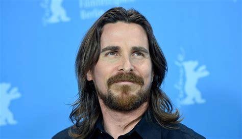 aktor tampan  memesona  rambut gondrong