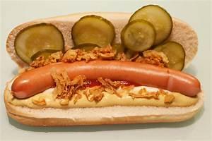 Hot Dog Brötchen : hot dogs wiener w rstchen im br tchen mit r stzwiebeln und sauren gurken ~ Udekor.club Haus und Dekorationen