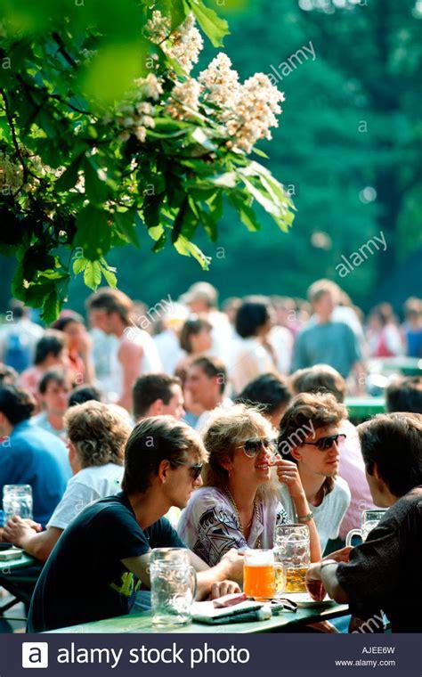 Der Zerbrochene Krug Englischer Garten München by Bier Garten Stockfotos Bier Garten Bilder Alamy