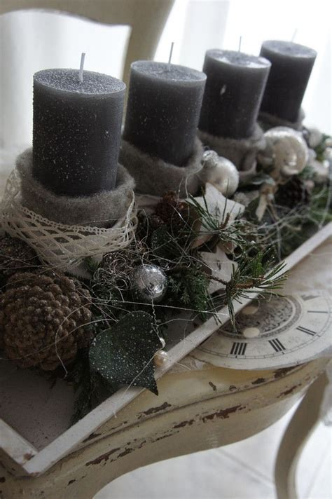 weihnachtsdeko auf holztablett ein traumsch 246 nes adventsgesteck auf einem weissen holztablett wundersch 246 n auf der