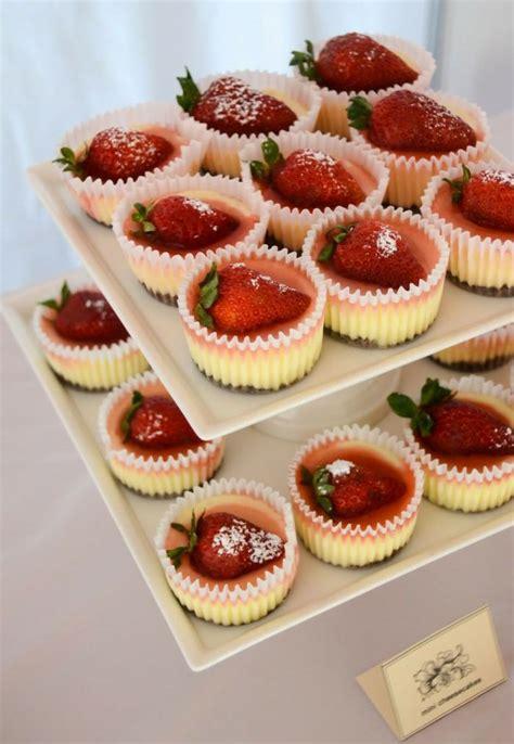 dessert tisch mit erdbeeren inspirationen fuer die hochzeit