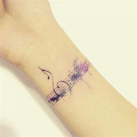 tatouage femme discret poignet fleche tatouage
