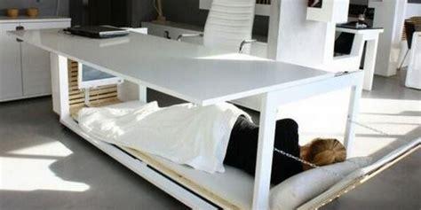 sieste au bureau sieste au travail ce bureau lit pour être plus performant