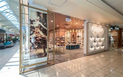 Refine color Modern shoe shop design with display fixtures
