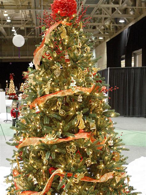 9 creative christmas tree themes red and gold christmas tree interior designing ideas
