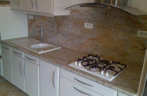 granit blanc cuisine crdence plan de travail cuisine poignes incorpores plan