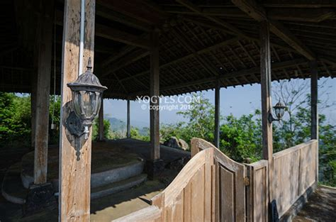 lampu tradisional menghiasi tiang kayu pendopo  gunung