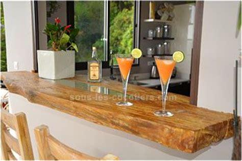 salon cuisine americaine pas mal le passe plat en bois brut massif pour le bar