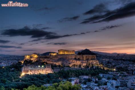 alba ad atene  primo piano siti archeologici foto
