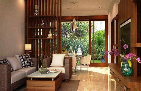 ruang tamu simple tanpa sofa sekat pembatas ruang tamu dan ruang keluarga desain