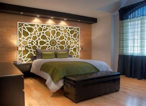 chambre deco orientale tête de lit orientale et porte marocaine