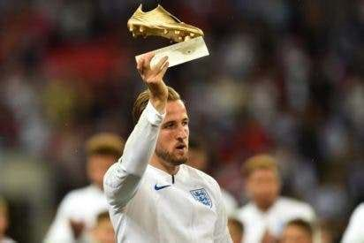 Kane receives Golden Boot award at adoring Wembley ...