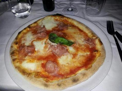 pizzeria gabbiano pizza eccellente margherita con bufala e prosciutto cotto