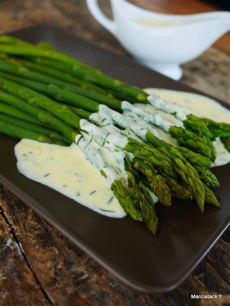 cuisiner des asperges fraiches asperges verte sauce oeuf crème et herbes fraîches