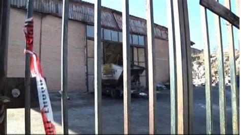 riscaldare un capannone rogo in un capannone di rifiuti giallo su uomo