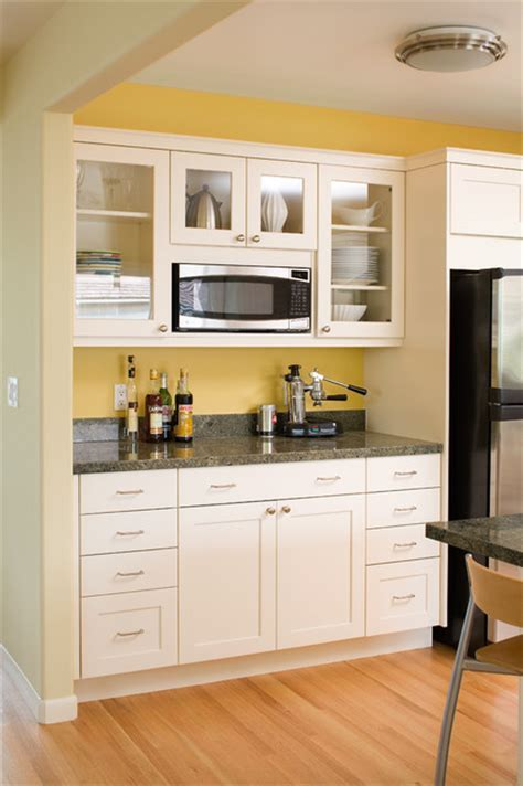 Modern arts & crafts kitchen with painted shaker style