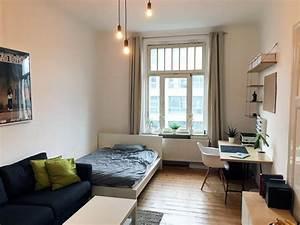Wg Zimmer Einrichten : helles und ger umiges wg zimmer mit gro em fenster und ~ Watch28wear.com Haus und Dekorationen