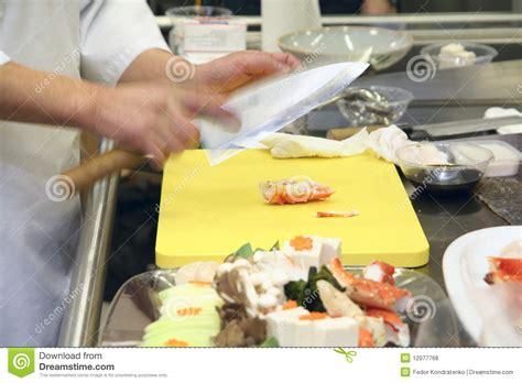 la cuisine des chefs chef faisant cuire sur la cuisine de restaurant photos libres de droits image 12077768