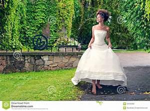 La Mariée Aux Pieds Nus : la jeune mari e aux pieds nus marche en parc sous la pluie ~ Melissatoandfro.com Idées de Décoration