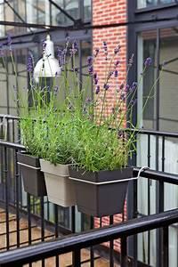Pot A Accrocher : am nager un balcon avec des plantes et une table c t maison ~ Teatrodelosmanantiales.com Idées de Décoration