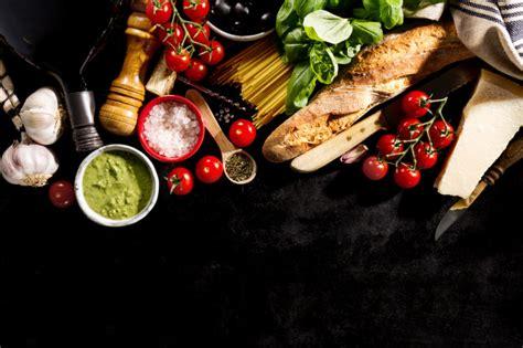 cucinare i finferli freschi gustosi ingredienti freschi appetitosi di cibo italiano su