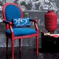une chaise et coussin et bleu blue and armchair with a cushion