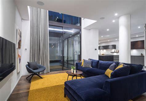 10 somptueux salons décorés en bleu marine et doré
