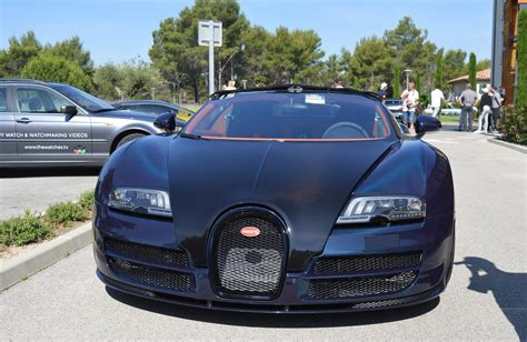 The front section is dominated by larger and completely redesigned air vents. Bugatti Veyron 16.4 Grand Sport Vitesse