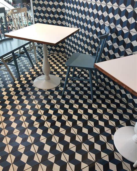 warna keramik lantai tangga desain rumah minimalis