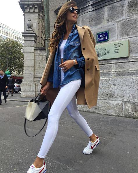 Resultado de imagen de mujer mayor  caminando sola