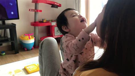 엄마랑 장난치는 민아엄마 머리 밀쳐 버리기 Youtube