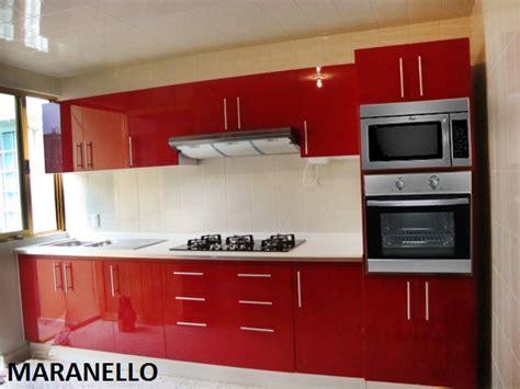 foto hermosa cocina roja al alto brillo de cocinas