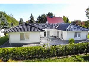 Haus Walmdach Modern : bungalow 3 125 u einfamilienhaus von elbe haus ~ Lizthompson.info Haus und Dekorationen