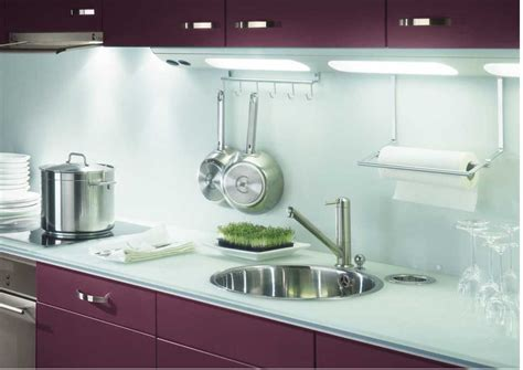 mur cuisine aubergine comment choisir et poser un plan de travail de cuisine