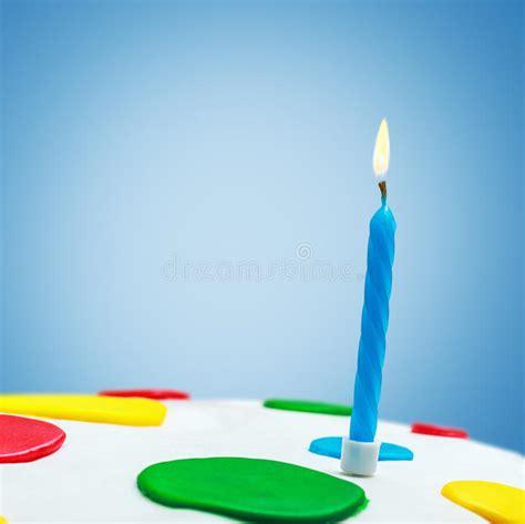 candele accese candele accese su una torta di compleanno fotografia stock