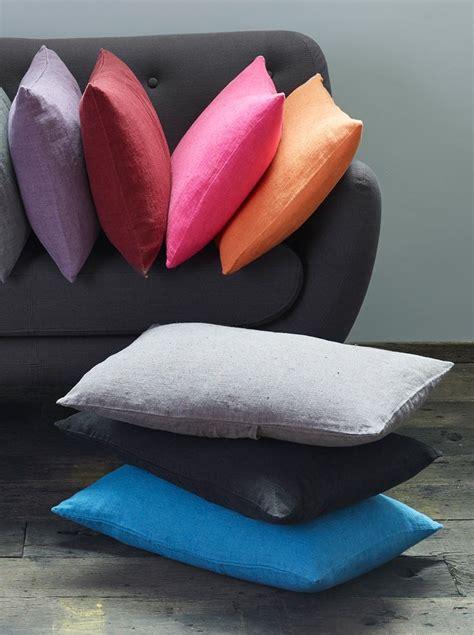 une vierge sur canapé 1000 idées sur le thème coussins de canapé rouges sur