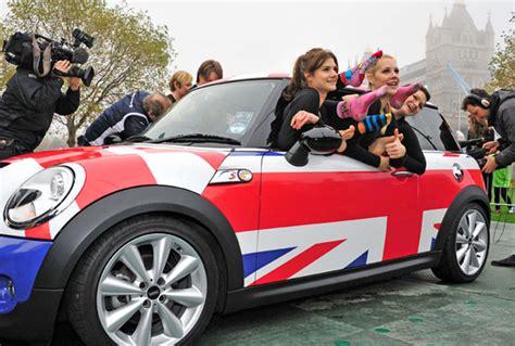 Record 28 Women Fit Into One Mini Cooper