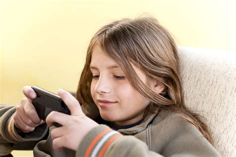the average age for a child getting their smartphone 625 | shutterstock 264245117