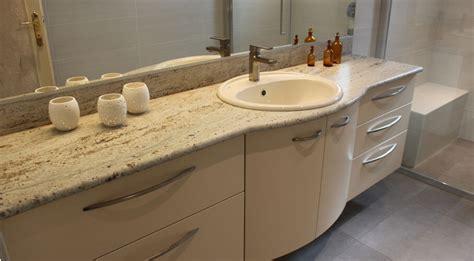 agencement d une grande salle de bain avec un plan granit kashmir white atlantic bain
