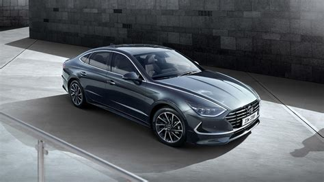 hyundai sonata reveals striking  design
