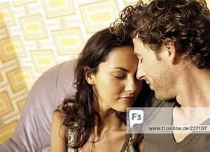 Kuscheln Auf Englisch : portr t von paar kuscheln auf dunkelgrauem leder sofa suchen gl cklich und romantische ~ Eleganceandgraceweddings.com Haus und Dekorationen