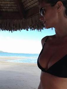 Heidi Klum shows off washboard abs in bikini selfie as ...