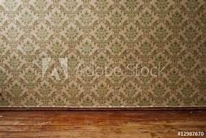 Alte Tapeten Ablösen : alte tapete und dielen stockfotos und lizenzfreie bilder ~ Watch28wear.com Haus und Dekorationen