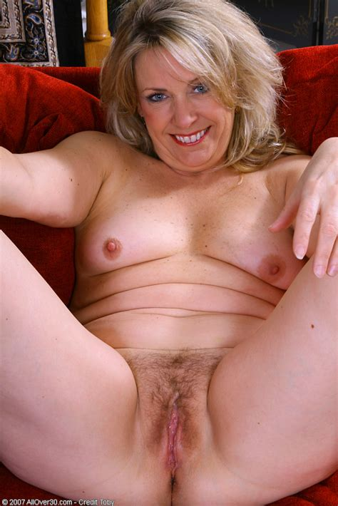 46 Year Old Leah Loves Showing Her Plump Pussy Pichunter