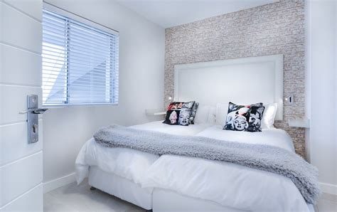 modern minimalist bedroom  photo  pixabay