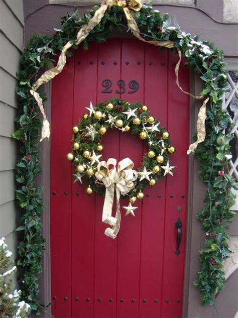 25 beautiful wreaths and garlands winter door