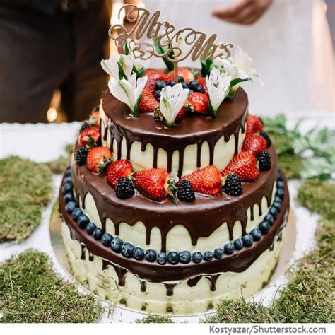 Hochzeitstorte 3 Etagen Mit Beeren Und Schokoguss Kuchen
