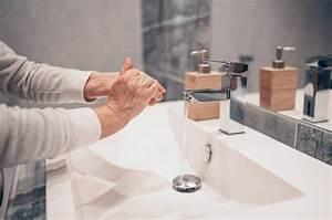 Lavaggio A Mano Schiuma Di Sapone Liquido Sfregamento Polsi Lavare A Mano Donna Senior Passo